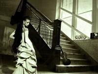 Дама с длинными чёрными волосами у лестницы