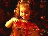 Девочка раскрывает подарок