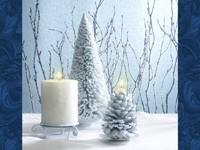 Белая елка, шишка и свеча
