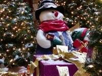 Снеговики с подарками под елкой
