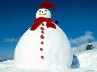 Снеговик в шапке и шарфе