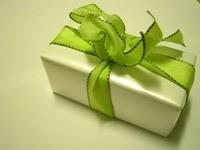 Подарок с зеленой лентой