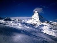 Снежные горы в облаках