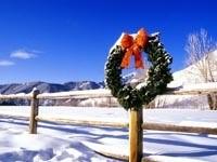 Рождественский венок на заборе