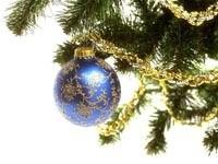 Синий шар с узором на елке