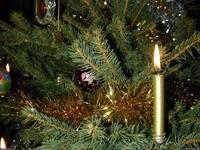 Горящая свеча на елке