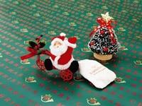 Санта на велосипеде возле елки