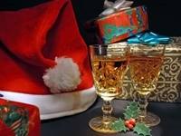 Два наполненных бокала с подарками