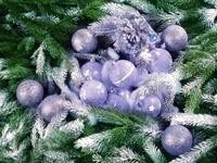 Куча серебряных шаров на елке