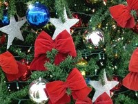 Звезды и красные банты на елке