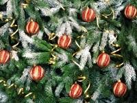 Красно-золотистые шары на елке
