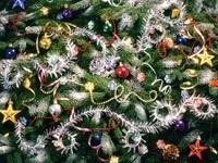 Разные красивые игрушки на елке
