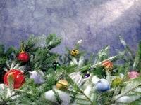 Игрушки и ветви ели на снегу
