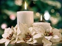 Две белые свечи и цветы