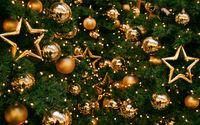 Новогодние шарики и звездочки на ёлке