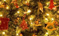 Рождественские игрушки на ветках