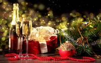 Бокалы шампанского с подарками в Новый Год