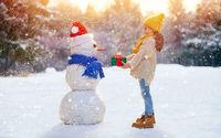 Девочка с подарком у снеговика