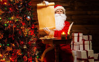 Санта с подарками у ёлки