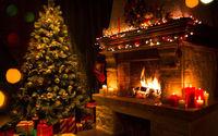 Ёлка у нарядного рождественского камина