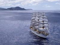 Белое  парусное судно в море