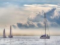 Яхты в море с облаками