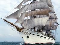 Корабль с парусами в океане