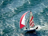 Мини-яхта в море