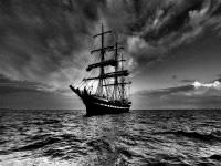 Черно-белое фото корабля