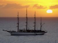 Корабль в закате