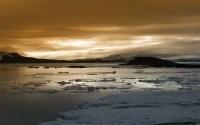 Льдины на воде