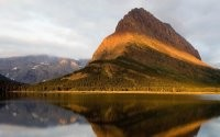 Гора у зеркального озера