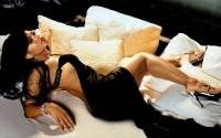 Девушка на подушках