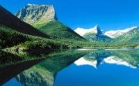 Красивые горы и озеро