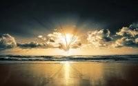 Солнце и облака на море