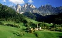 Дома у подножья гор