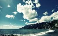 Облака над горами и морем