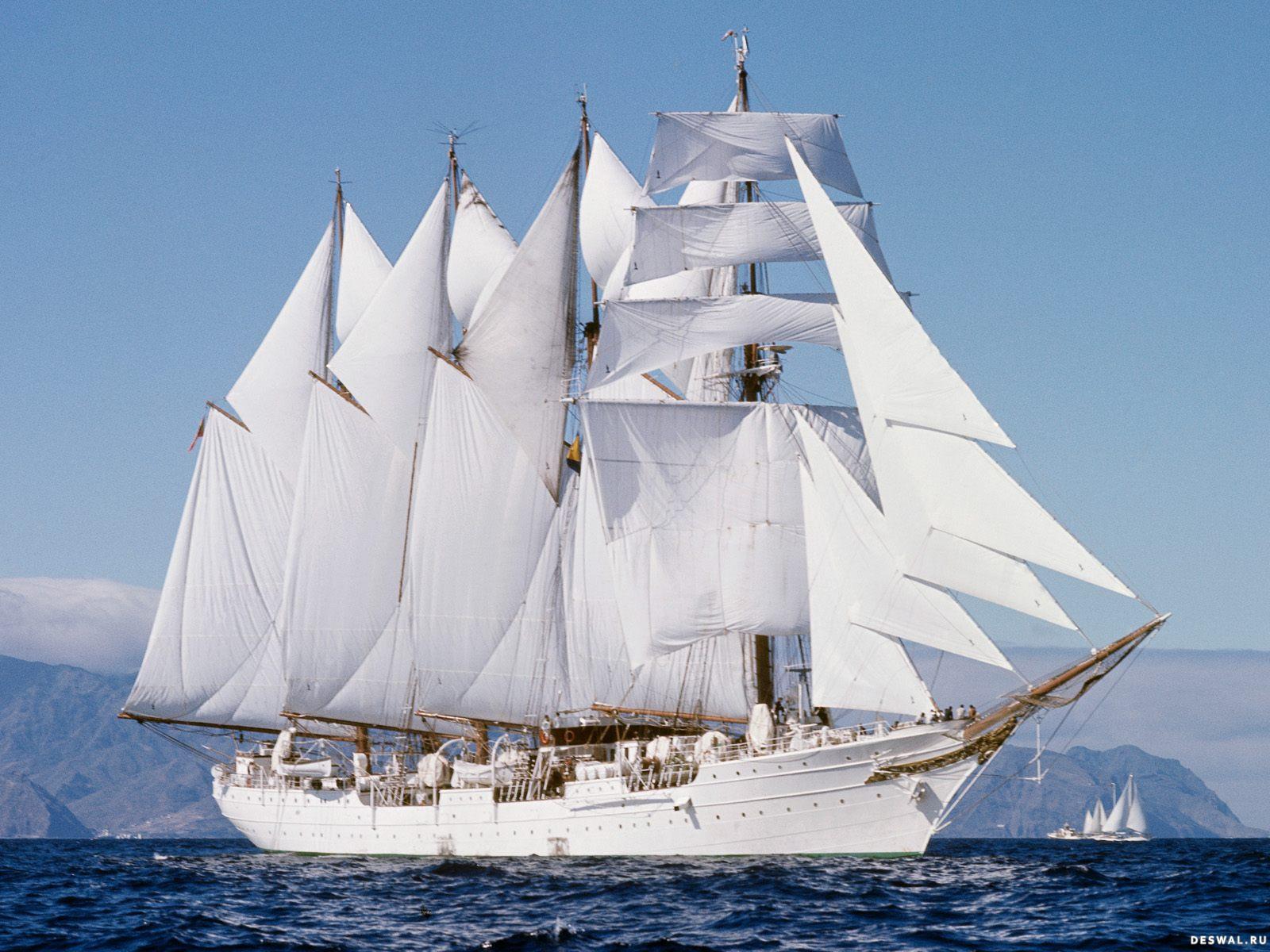 Белоснежный  парусник в море
