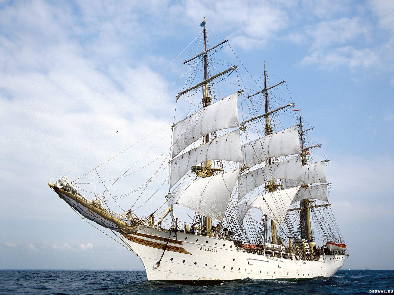 Белый корабль с парусами