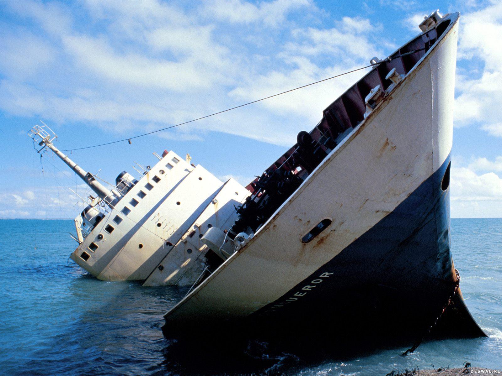 Затонувший корабль в море