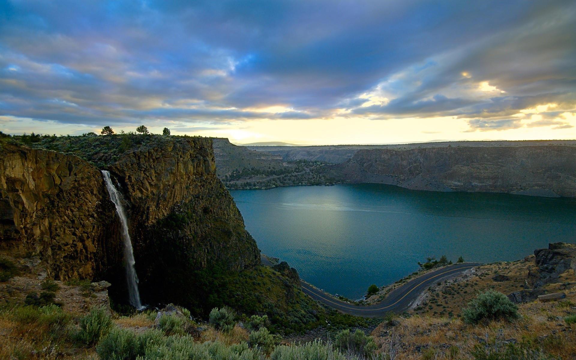 Водопад и озеро