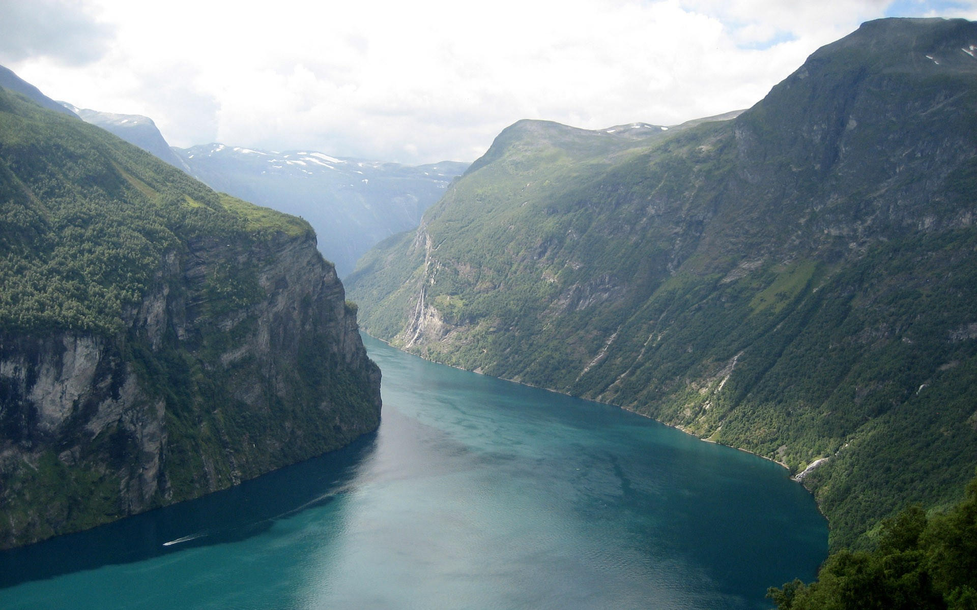 Река вдоль гор