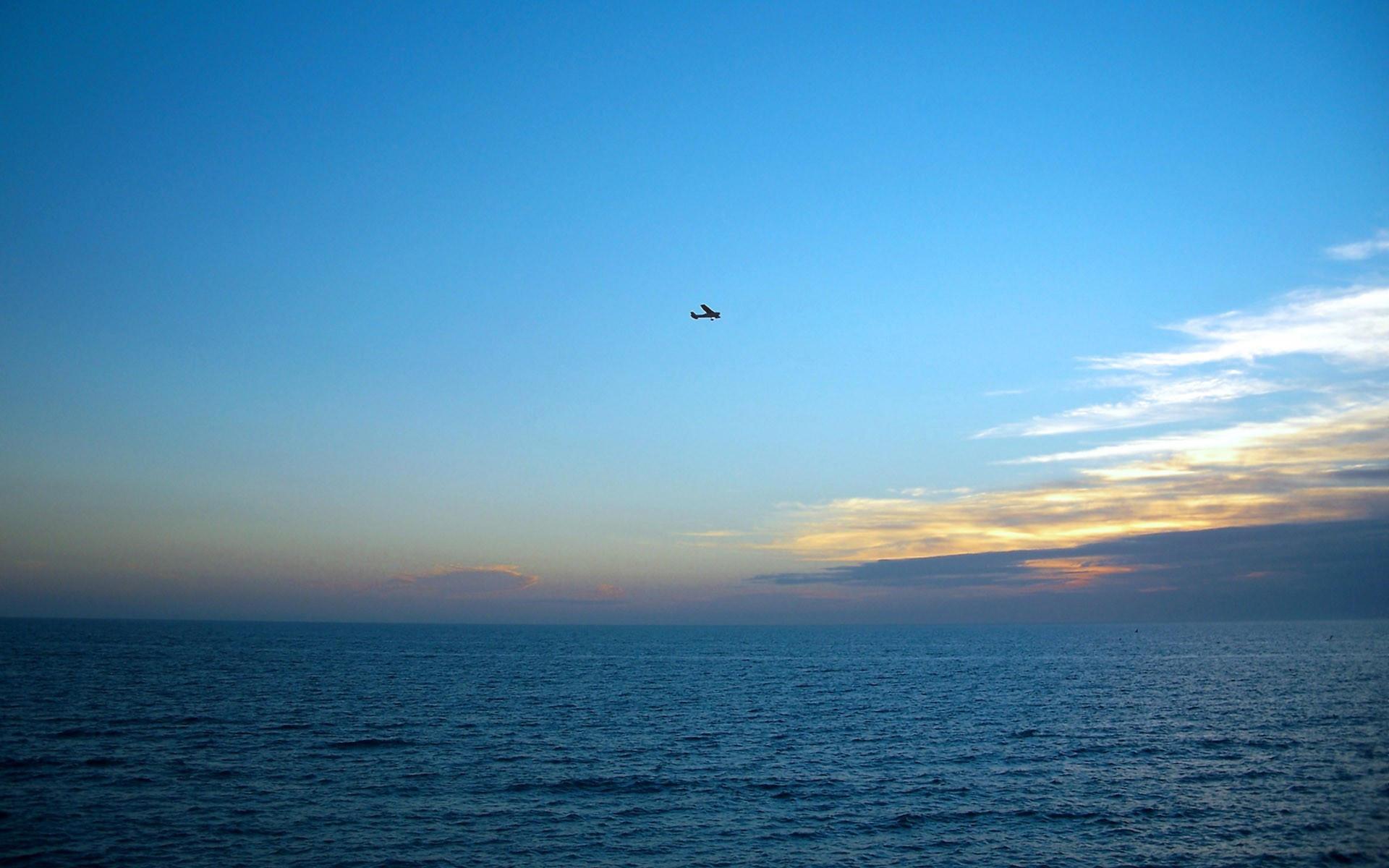 Самолет над морем