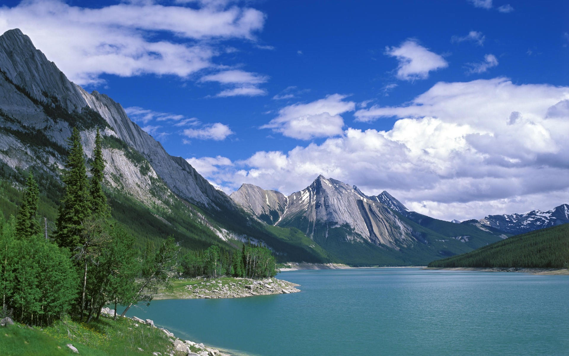 Озеро, горы и облака