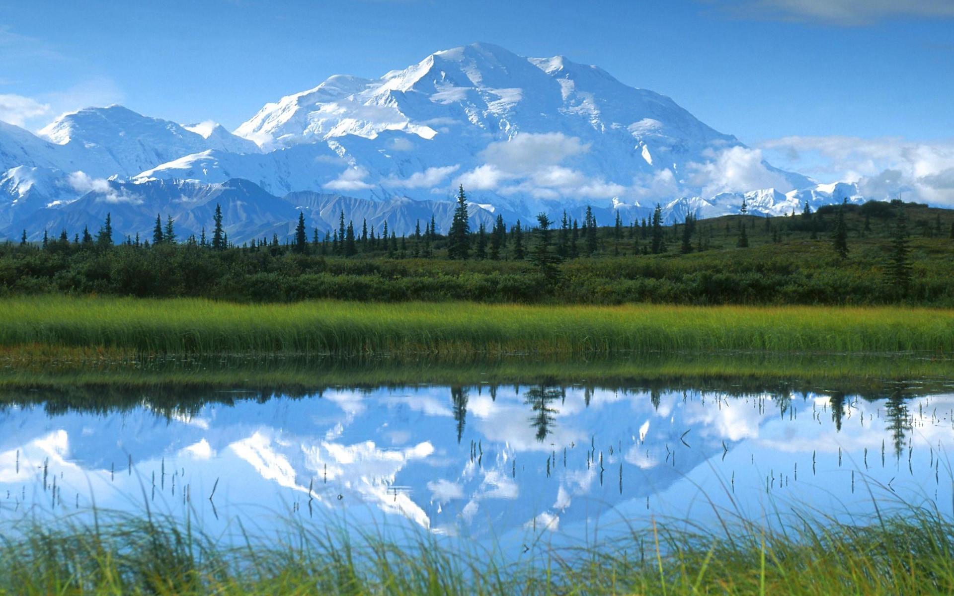 Снежные монументальные горы